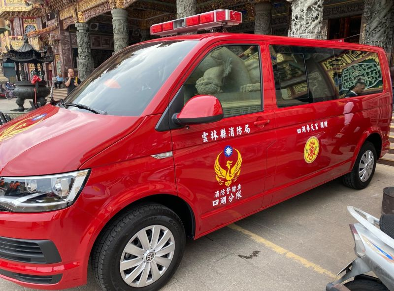▲消防警備車具有水域救援必要的船艇運送功能,車後加設拖船掛勾。(圖/記者蘇榮泉攝,2020.06.26)