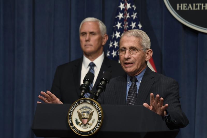 ▲美國傳染病專家佛奇(右)與副總統彭斯(左) 26 日於記者會。(圖/美聯社/達志影像)