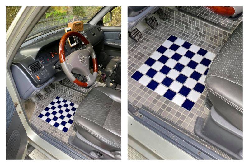 ▲網友分享汽車改裝的腳踏墊,設計成古早味浴室磁磚的模樣,讓大家笑翻。(圖/翻攝自爆廢公社臉書)