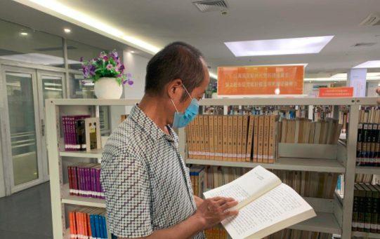 ▲東莞市一位農民工因失業準備返鄉,臨走前於圖書館的留言意外在網路爆紅。(圖/翻攝自央視新聞)
