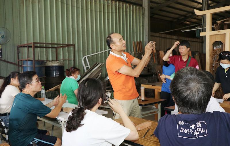 陳佐民老師為學員們做示範,講解工藝做法。(圖/嘉義市政府提供)