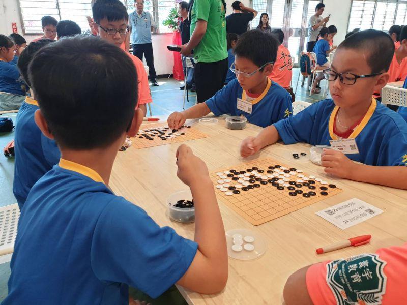 ▲圍棋訓練營課程包括基本禮儀、初學相關技能及實戰練習等。(圖/記者蔡若喬攝)