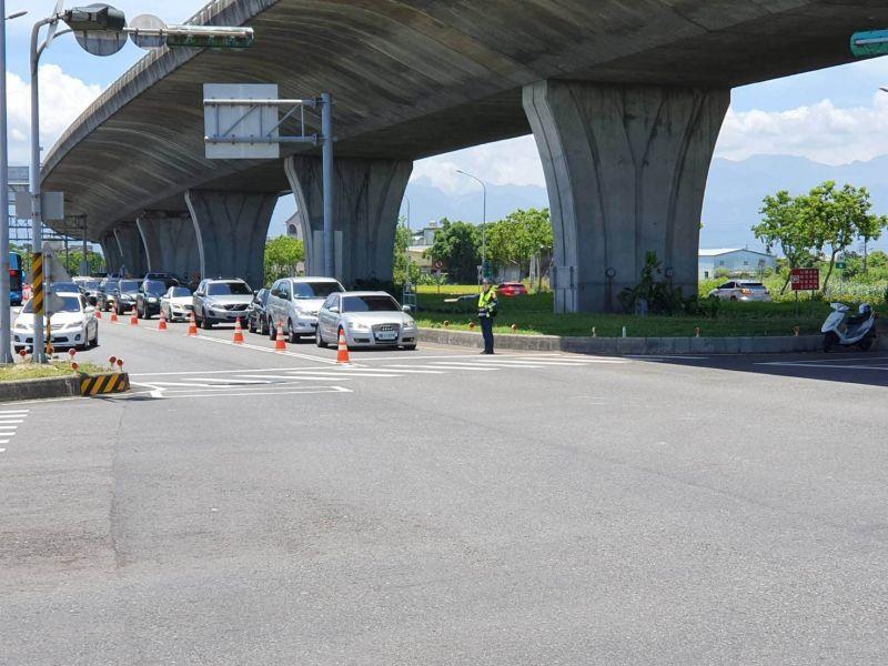 國5匝道現收假車潮,員警在烈日下揮汗指揮交通