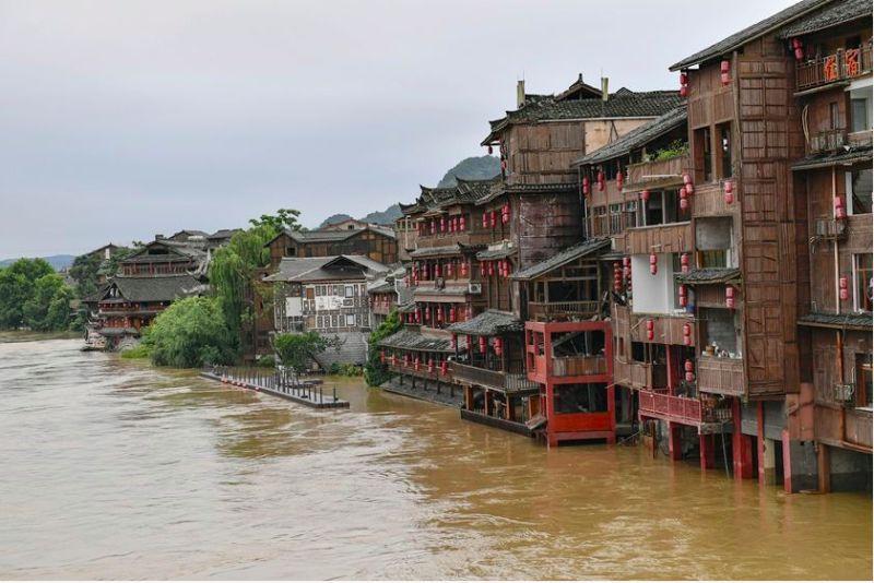 ▲貴州連日大雨,凱里市下司古鎮受到積水波及。(圖/翻攝自中國《財新網》)
