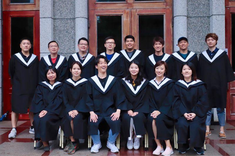 ▲陳漢典(前排左3)重返校園。(圖/八大提供)