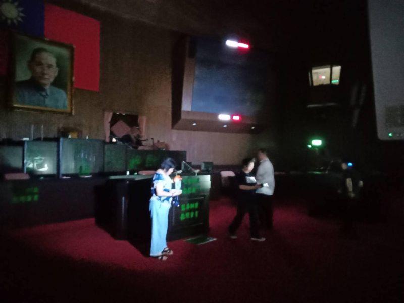 ▲立法院召開臨時會的前一天(28日),國民黨立委們為了抗議總統提名監察委員人選,罷佔了立法院議場。(圖/立委洪孟楷辦公室提供)