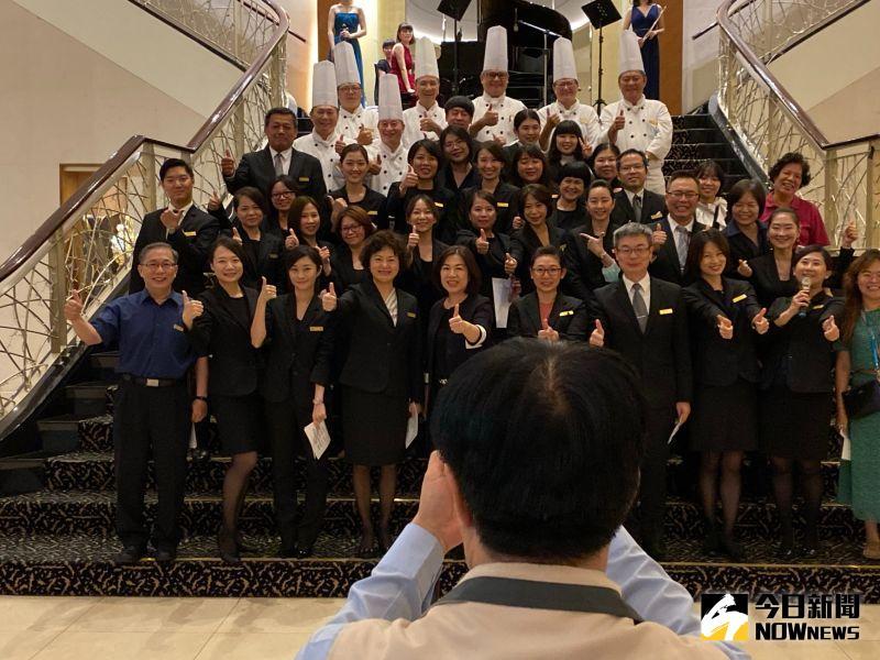 ▲台南市長黃偉哲難得拿起相機,幫所有員工拍照留念。(圖/記者陳聖璋攝,2020.06.28)