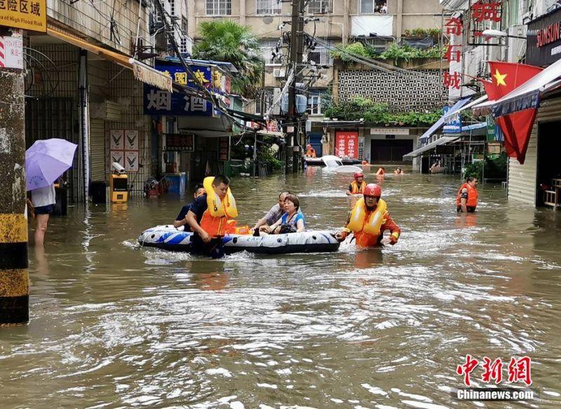 ▲6/27湖北地區降下大雨,導致嚴重水災。救難人員用救生筏協助居民撤離。(圖/翻攝自《中新網》)