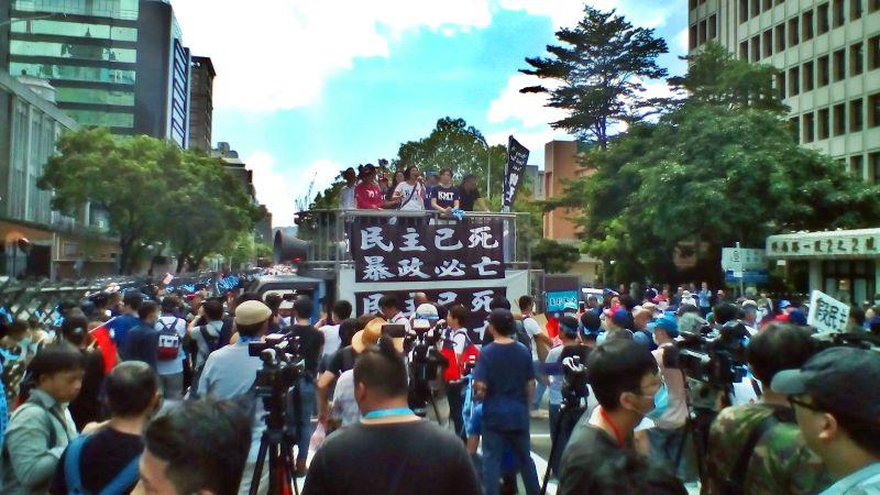 國民黨中央29日在立法院群賢樓外回應總統府並發表四點聲明。(圖 / 記者陳弘志攝)
