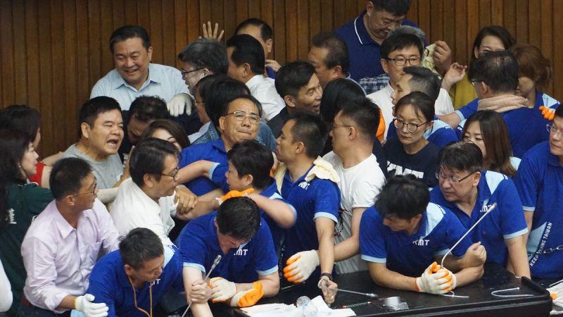 ▲民進黨團強行清場,把國民黨的立委一個個抬出場。