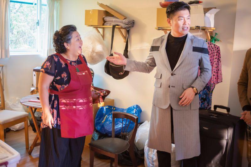 ▲曾國城(右)發現鍾欣凌被媳婦關在儲藏室。(圖/公視提供)