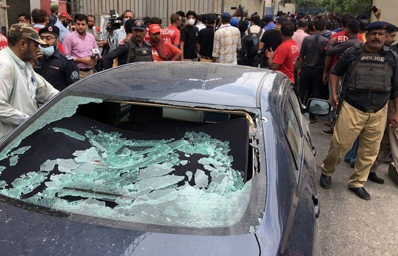 ▲巴基斯坦證券交易所( PSX )當地時間6/29上午遭到武裝分子襲擊。(圖/翻攝自推特)