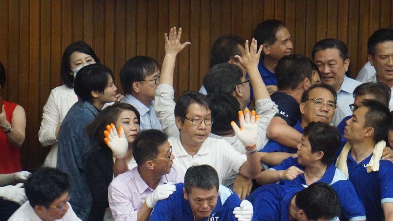 ▲藍綠立委在立法院主席台爆發激烈拉扯。(圖/記者呂炯昌攝)