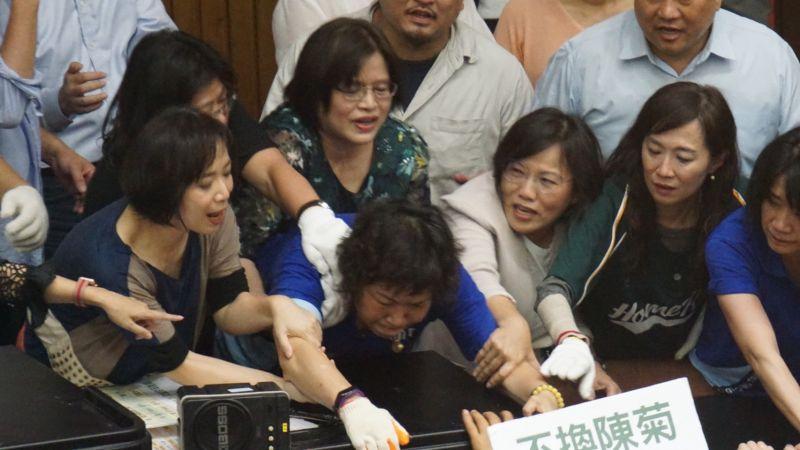 ▲立法院國民黨團29日在議場對民進黨肢體攻防。(圖