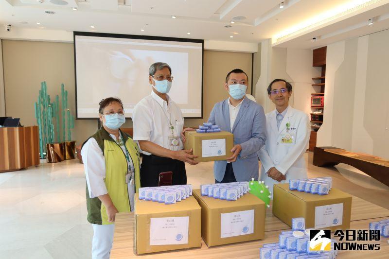 ▲秀傳微創育成中心廠商贈送1000個「隨心酒精盒」給醫院的醫護人員和志工。(圖/記者陳雅芳攝,2020.06.29)