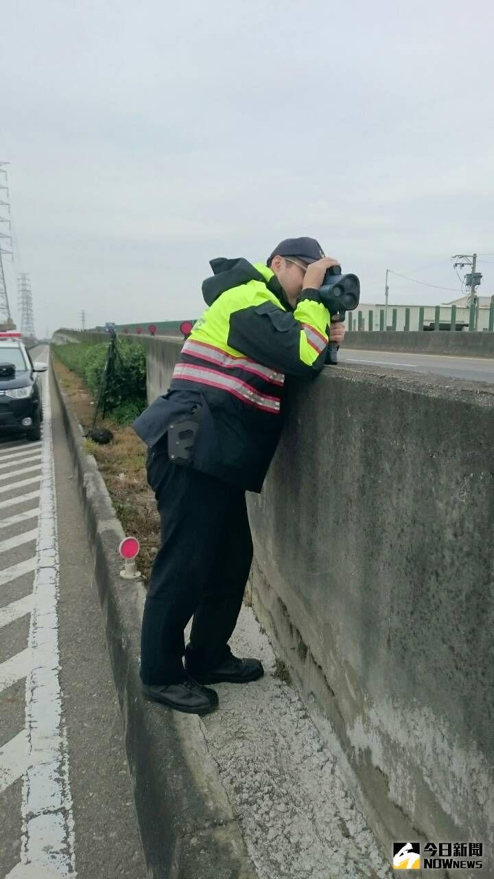 ▲交通隊加強台61線西濱快速公路超速測照勤務。(圖/記者陳雅芳攝,2020.06.29)