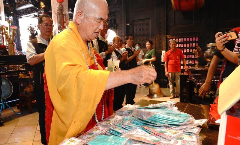 ▲朝天宮駐廟會茂法師為奈米口罩誦經加持祈福。(圖/記者蘇榮泉攝,2020.06.29)