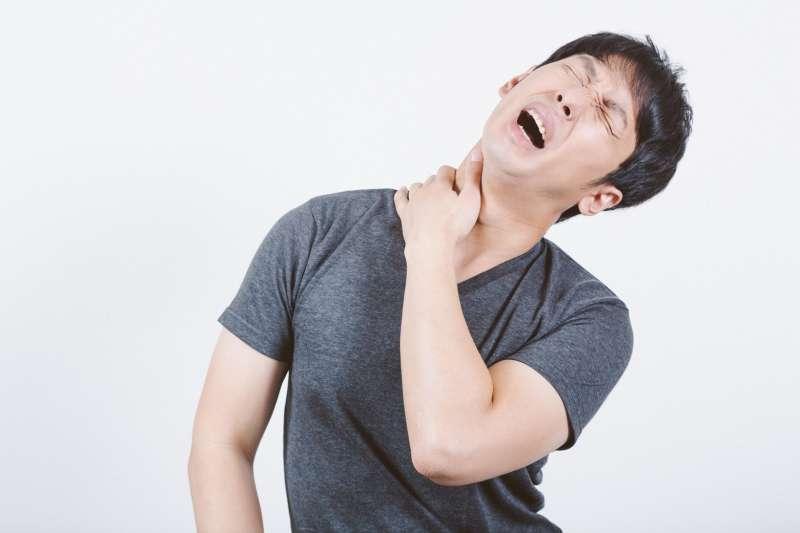 ▲一名男子脖子突起腫塊,經醫師切除化驗後發現,竟然是惡性角化棘皮瘤。(示意圖非本人/pakutaso)