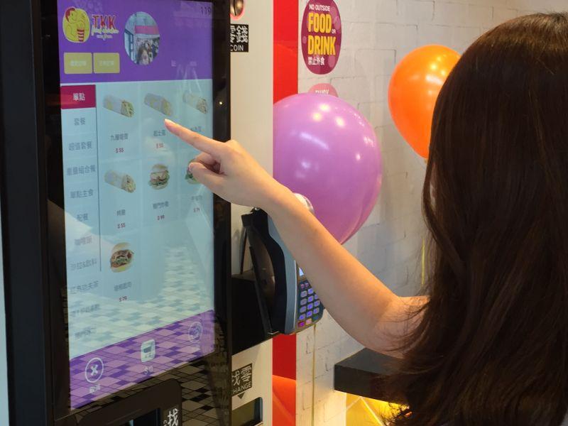 ▲台灣本土的速食業者也推出全新型態店面,此次更推出早餐時間新選擇搶進市場,更引進了具有人臉辨識系統的自動點餐機,紀錄每一個客人的餐點喜好。(圖/記者黃仁杰攝,2020.06.30)