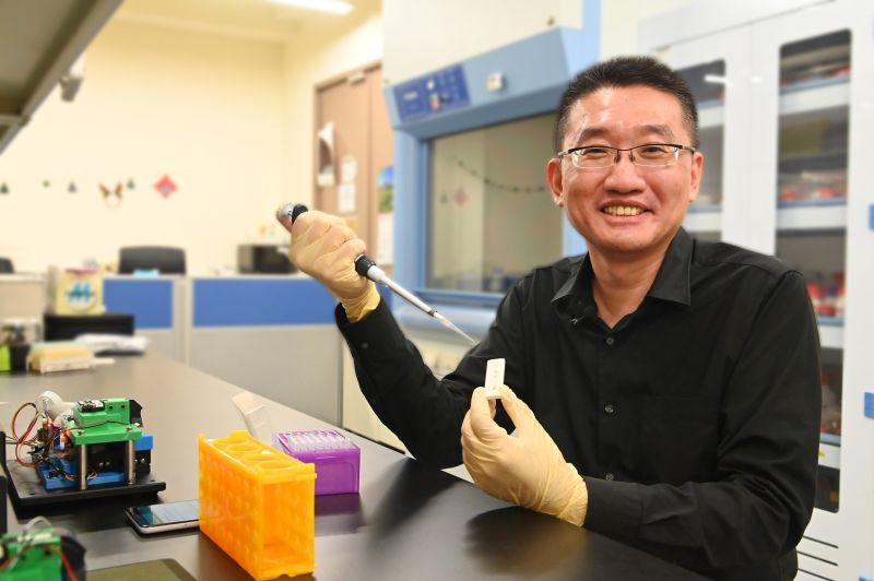 ▲清大教授鄭兆民研究團隊研發、只要將患者血清滴入試片,兩分鐘就可辨識即將發生呼吸衰竭的重症患者。(照片由清大提供攝,109.6.30)