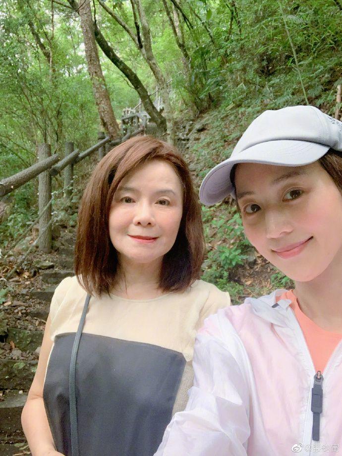 ▲張鈞甯與媽媽鄭如晴合影。(圖/張鈞甯微博)