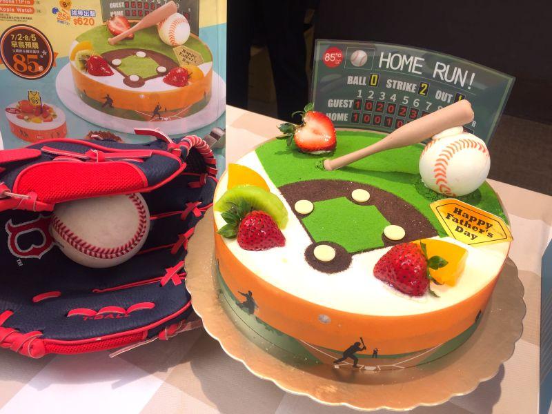 ▲台灣知名連鎖咖啡店今(1)日也公布父親節暨16周年活動推出系列造型蛋糕。(圖/記者黃仁杰攝,2020.07.01)