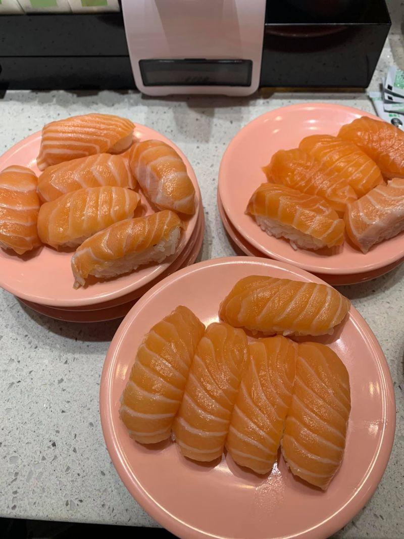 ▲一名網友近日在臉書社團《爆怨公社》表示,到迴轉壽司店用餐,爽拿