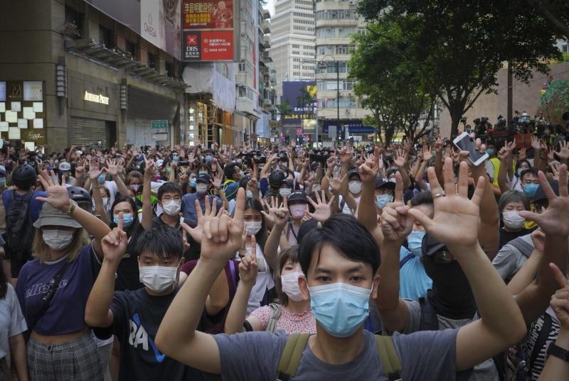 ▲香港民眾 7 月 1 日再度上街抗議港區國安法正式推行實施。(圖/美聯社/達志影像)