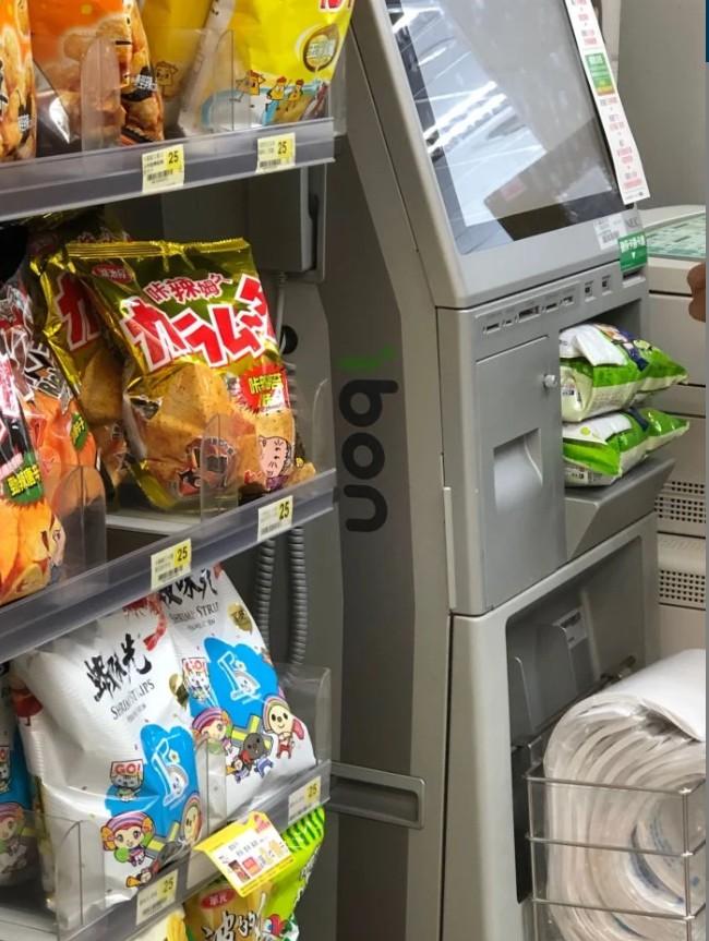 ▲網友指出,超商店員在機台上放置零食乖乖。(圖/翻攝