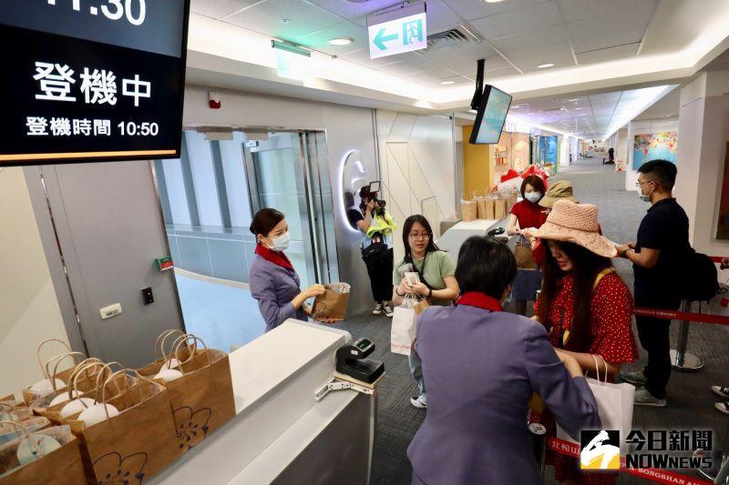 松山機場「偽出國」體驗 60民眾搶頭香:終於搭到飛機了