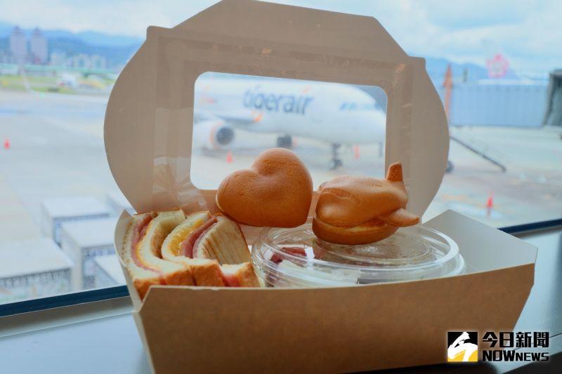 ▲松山機場於觀景餐廳準備限定餐點,可以目睹台灣虎航班機首次降落松山機場的灑水儀式。(圖/記者陳致宇攝)