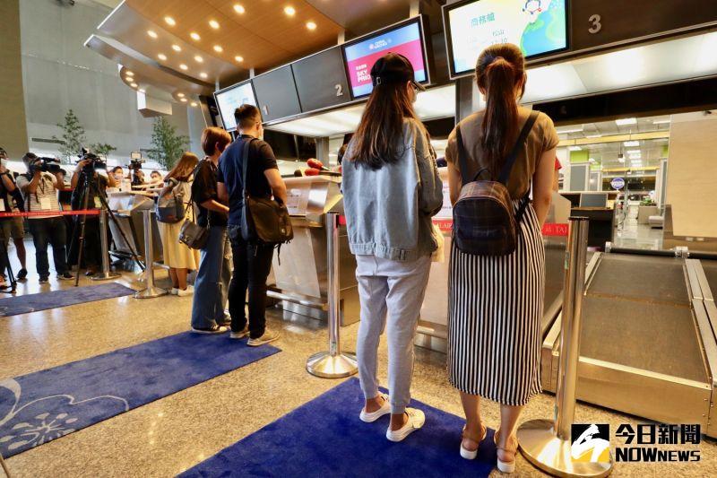 ▲民眾可以實際在機場櫃檯報到領取登機證。(圖/記者陳致宇攝)