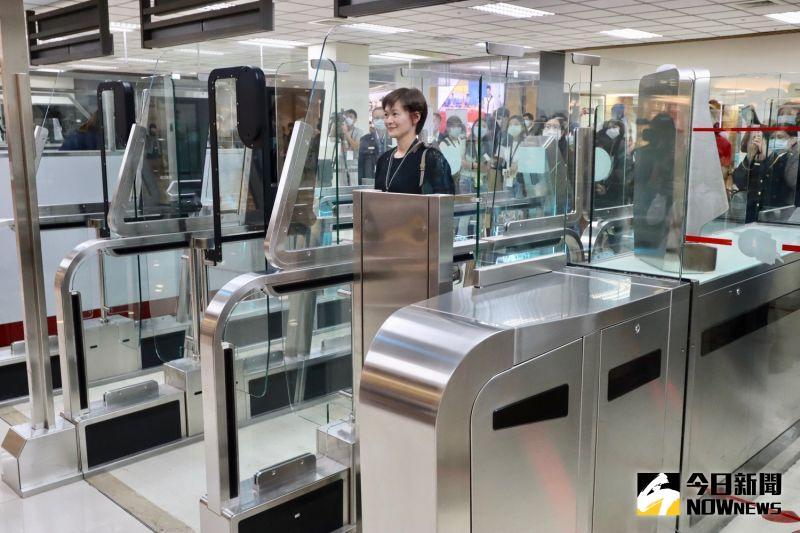▲民眾於機場櫃檯報到領取登機證,通過行李安檢、移民署查驗等通關程序。(圖/記者陳致宇攝)