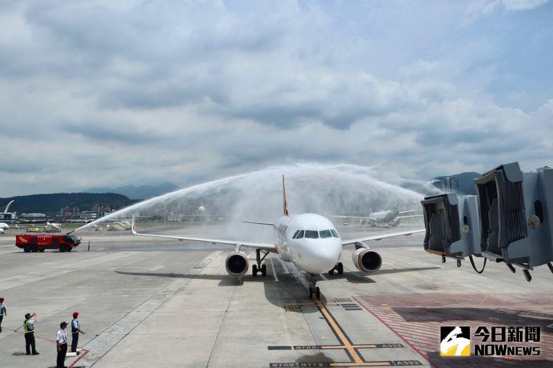 ▲台灣虎航班機首次降落松山機場,,不少民眾第一次看到灑水儀式都感到相當驚奇。(圖/記者陳致宇攝)