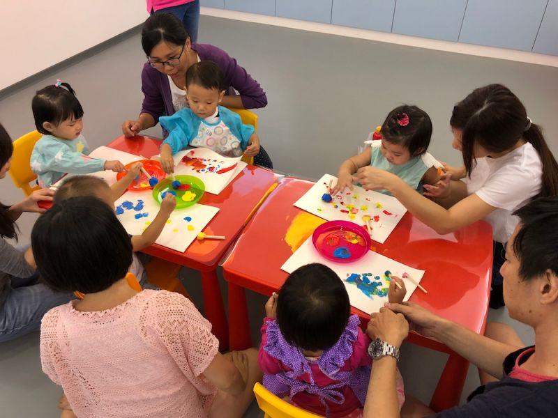 ▲共玩谷親子玩習所是一個力推親子共學機制的教室,從香港導入在歐美國家盛行已久的「PG課程」,爲從1歲半到6歲的學齡前幼兒規劃遊戲課程。(圖/業者提供)