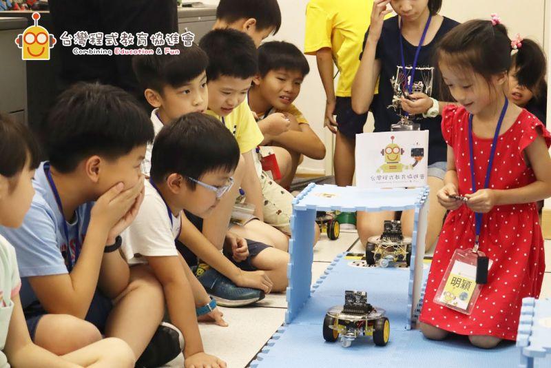 ▲迎接AI時代,坊間兒童程式設計課程琳瑯滿目,作為家長總想問「到底該不該送孩子去補AI」?圖為台灣程式教育協進會上課實況。(圖/台灣程式教育協進會提供)