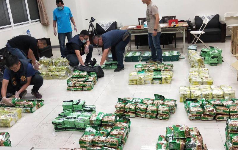 ▲海巡署艦隊分署等單位人員正在清點查獲的2、3級毒品數量。(圖/海巡署艦隊分署提供)