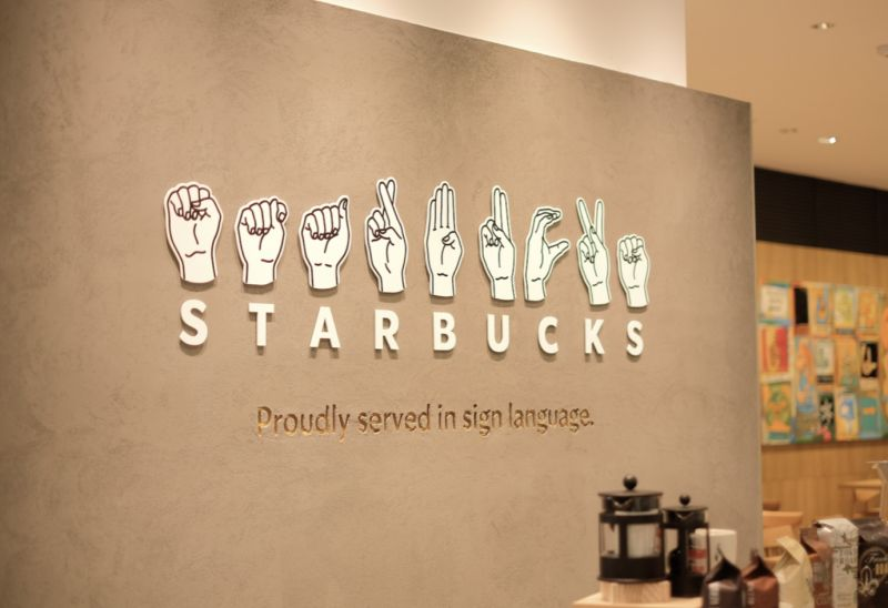 ▲位在東京都西部國立市的分店為全球第五家手語門市。(圖|翻攝自スターバックス