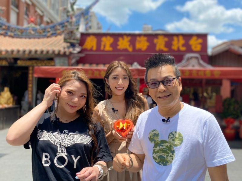 ▲小甜甜(左)和沈玉琳到霞海城隍廟拜拜。(圖/民視提供)
