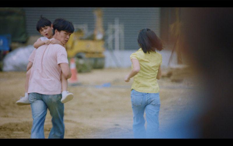 ▲黃鐙輝(左)遇警察帶全家人逃跑。(圖