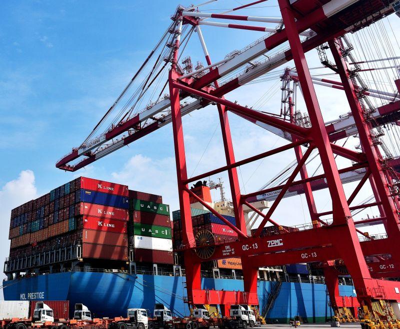 ▲台灣港務公司在高雄港有效維持該港第6年千萬20呎貨櫃(TEU)的裝卸量。(資料照/記者黃守作攝)
