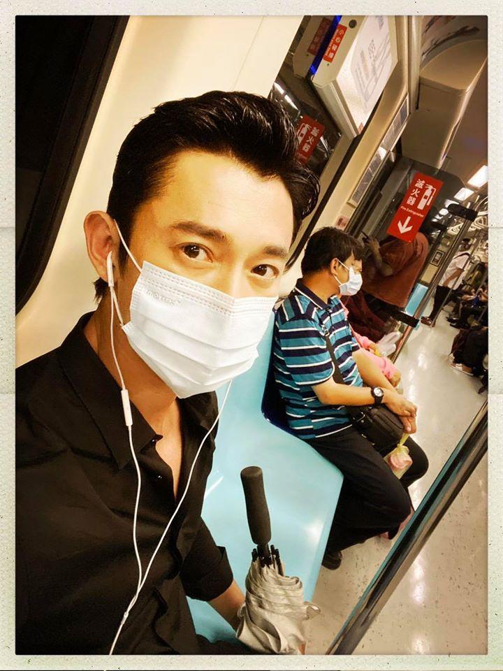 ▲吳慷仁在捷運車廂內玩自拍。(圖/吳慷仁臉書)