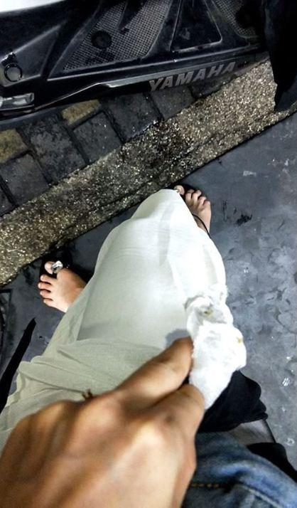 ▲陌生騎士用剪刀幫忙女網友將裙子剪斷。(圖/翻攝自《爆怨公社》)