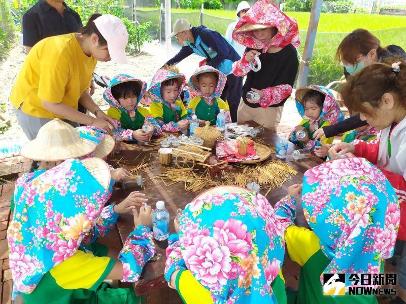 ▲活動除提供每位參加者豐富的伴手禮之外,還有農村文創DIY活動,讓參加的大朋友、小朋友用稻稈來製作有趣可愛的文創用品。(圖/記者葉靜美攝,2020.07.03)