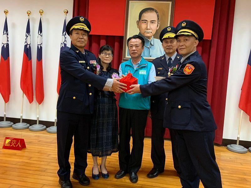 ▲新卸任分局長進行印信交接。(圖/記者陳惲朋攝)