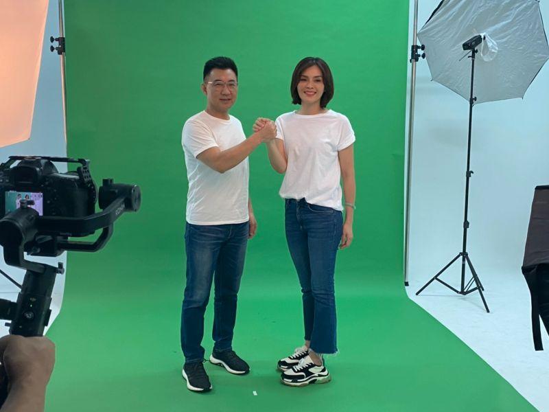 國民黨主席江啟臣今(3)日陪同李眉蓁一起拍攝選舉定裝照。(圖/李眉蓁競選團隊提供)