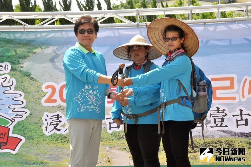 ▲柴鈁武學務長(左一)授登山杖給學生代表。(圖/記者陳雅芳攝,2020.07.03)
