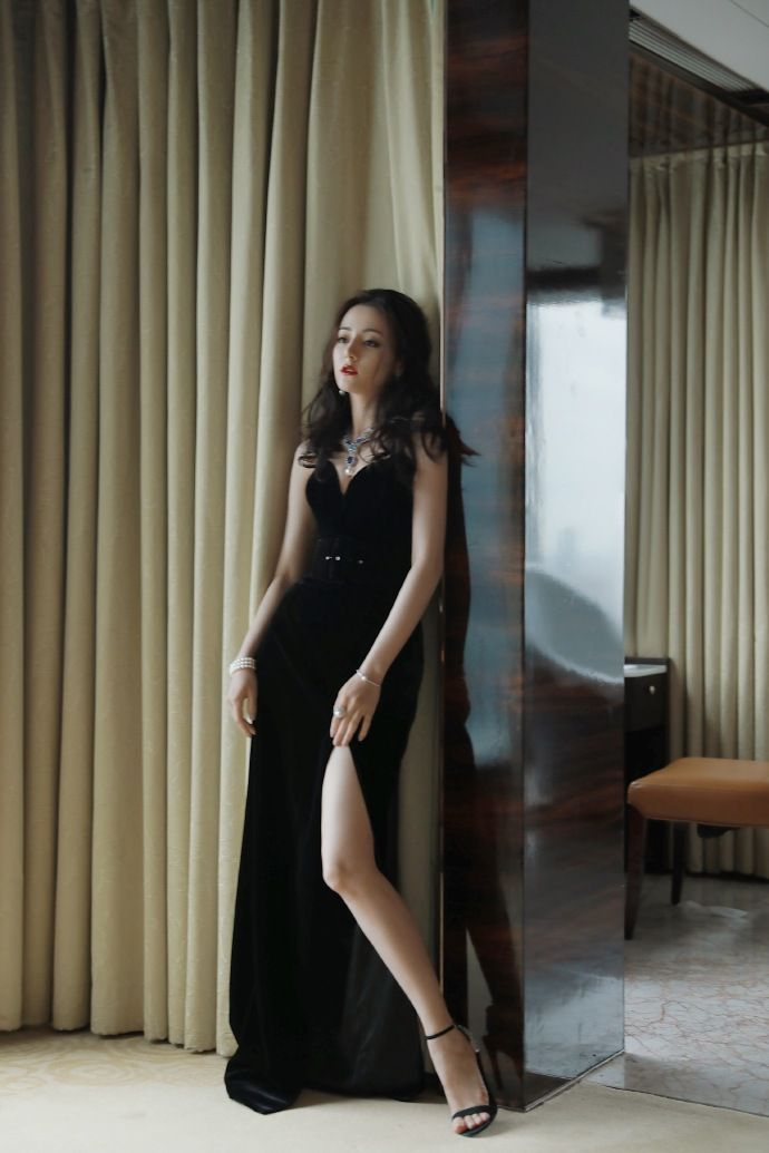 ▲迪麗熱巴以一襲黑色深V禮服亮相。(圖/迪麗熱巴工作室微博)