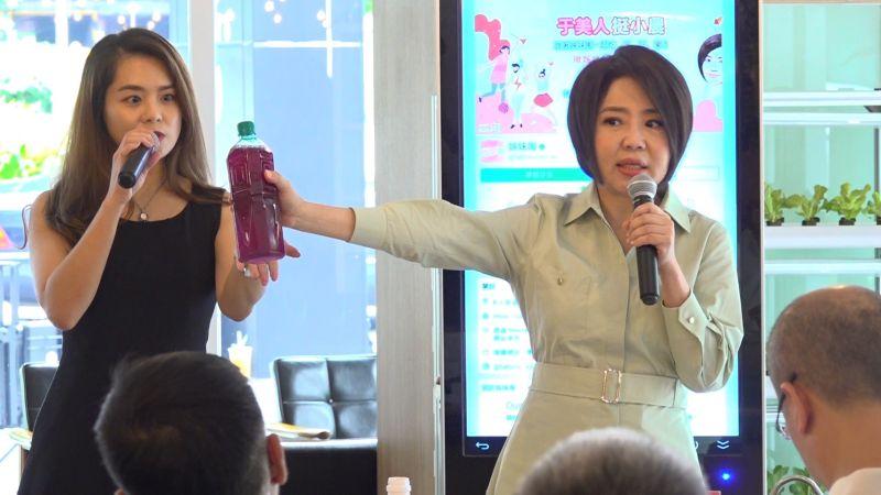 ▲于美人示範「速淨玫瑰粉」,加入瓶裝水攪拌均勻就可飲用。(圖/賈立傑攝)