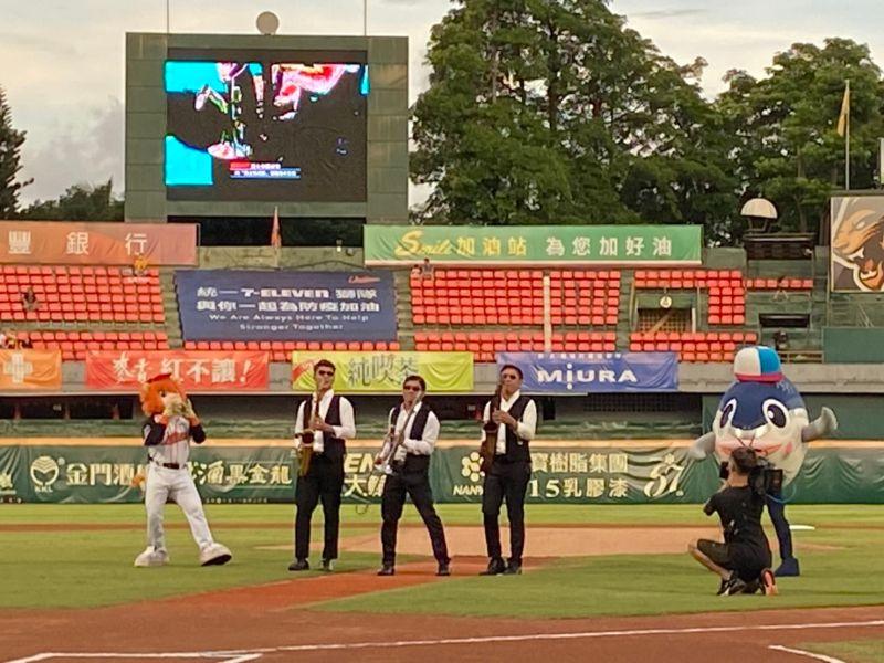 台南市立棒球場響起悠揚爵士樂,萊恩也一起同樂